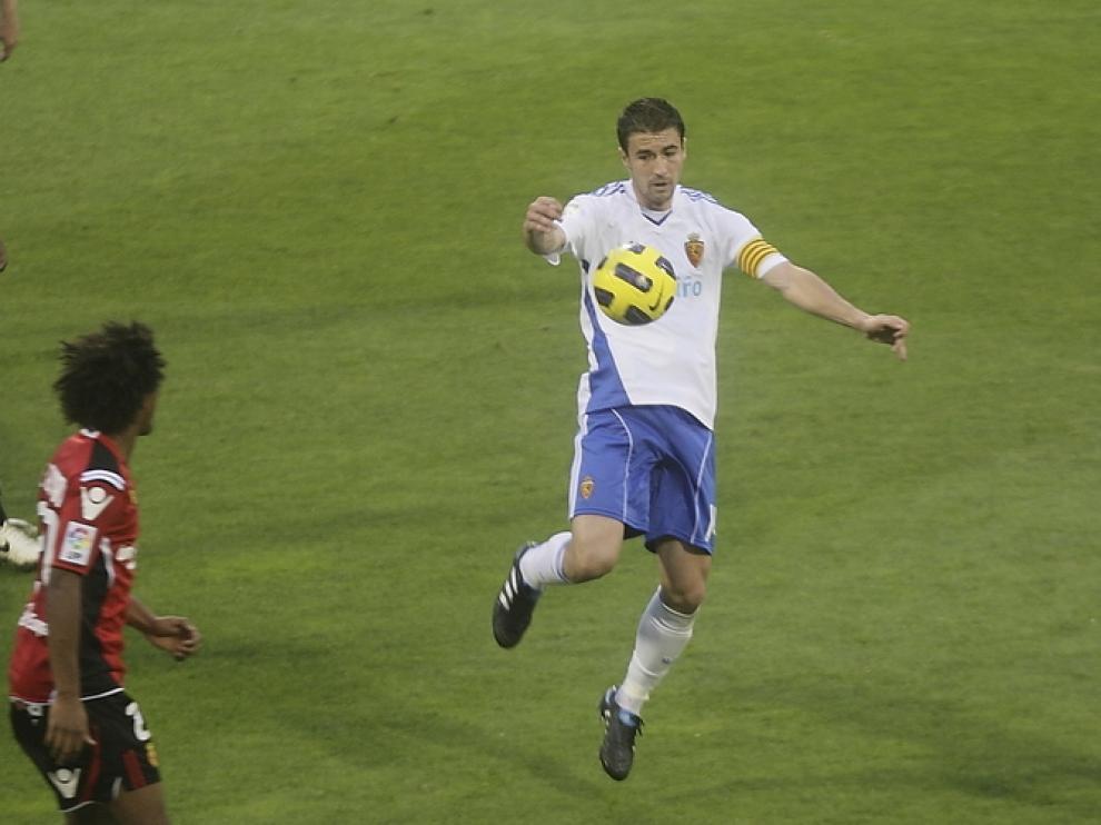 Gabi controla el balón con el pecho durante el partido de ayer, ante el Mallorca