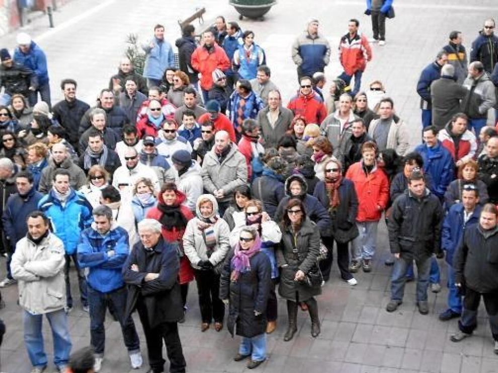Foto archivo de la concentración de los trabajadores de Lear Épila en la plaza de España de esta localidad.