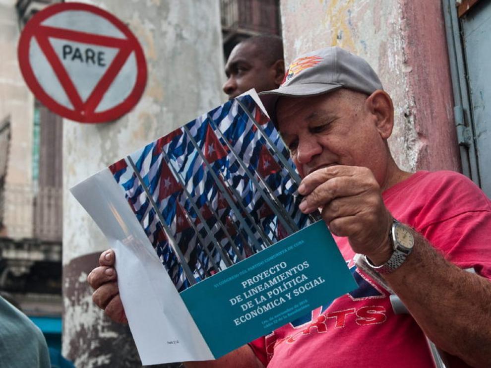 Un cubano lee la reforma planteada.
