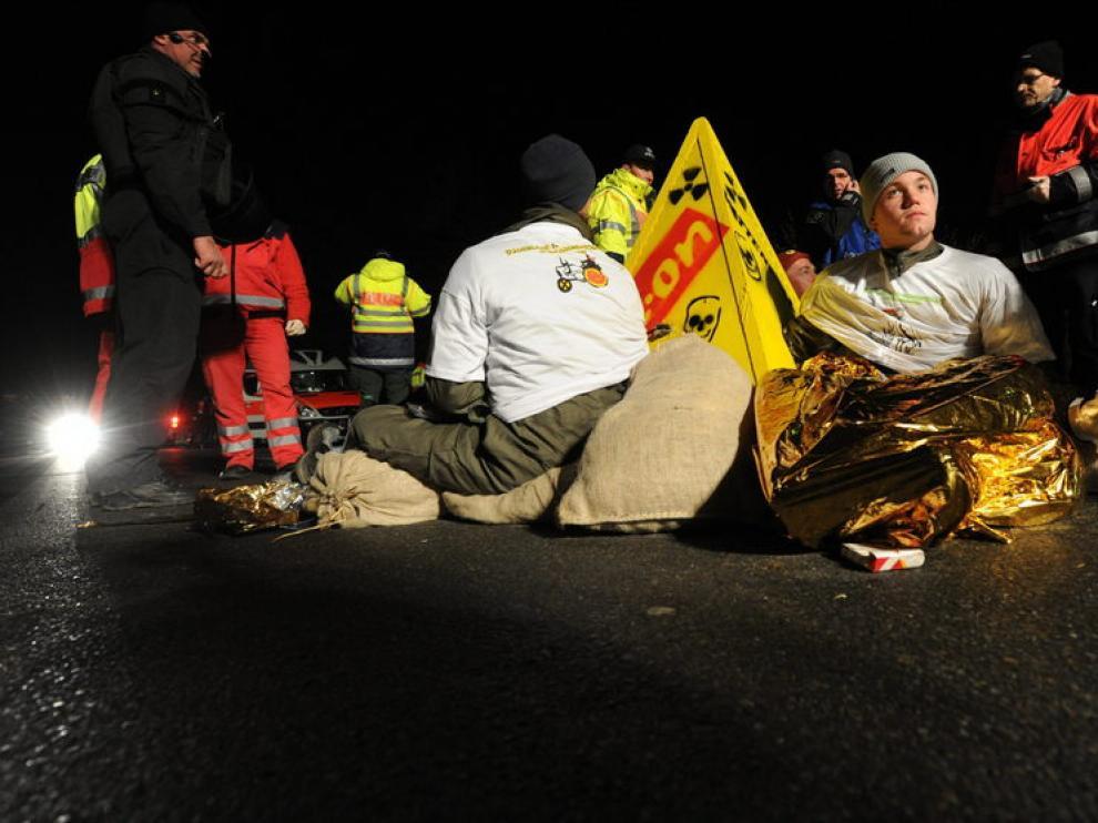 Varios manifestantes se sientan en el suelo para evitar la salida del convoy, esta madrugada
