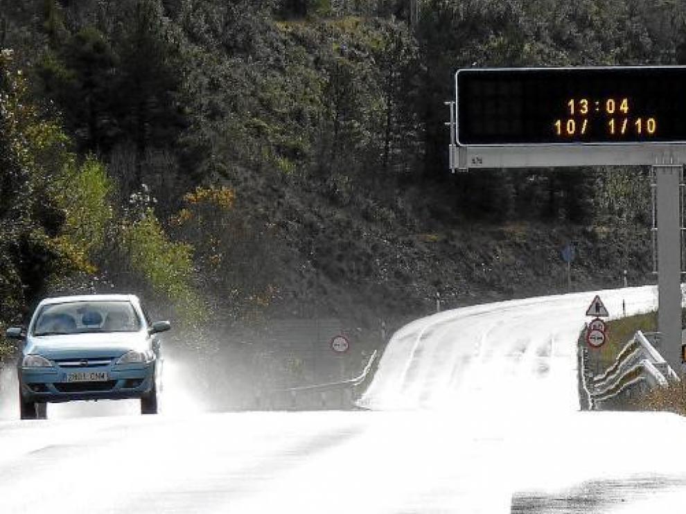 Este panel de la N-330, en Jaca, informará a los esquiadores que bajen de Astún y Candanchú.