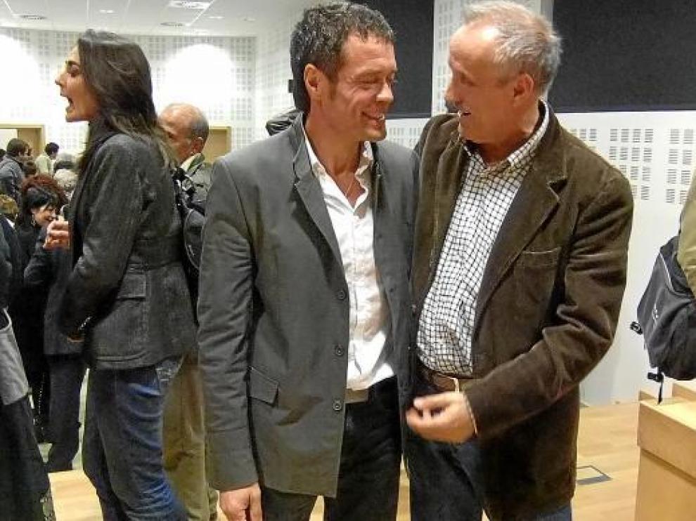 Daniel Périz (izquierda) recibe la felicitación de su predecesor en el cargo, Manuel Conte.