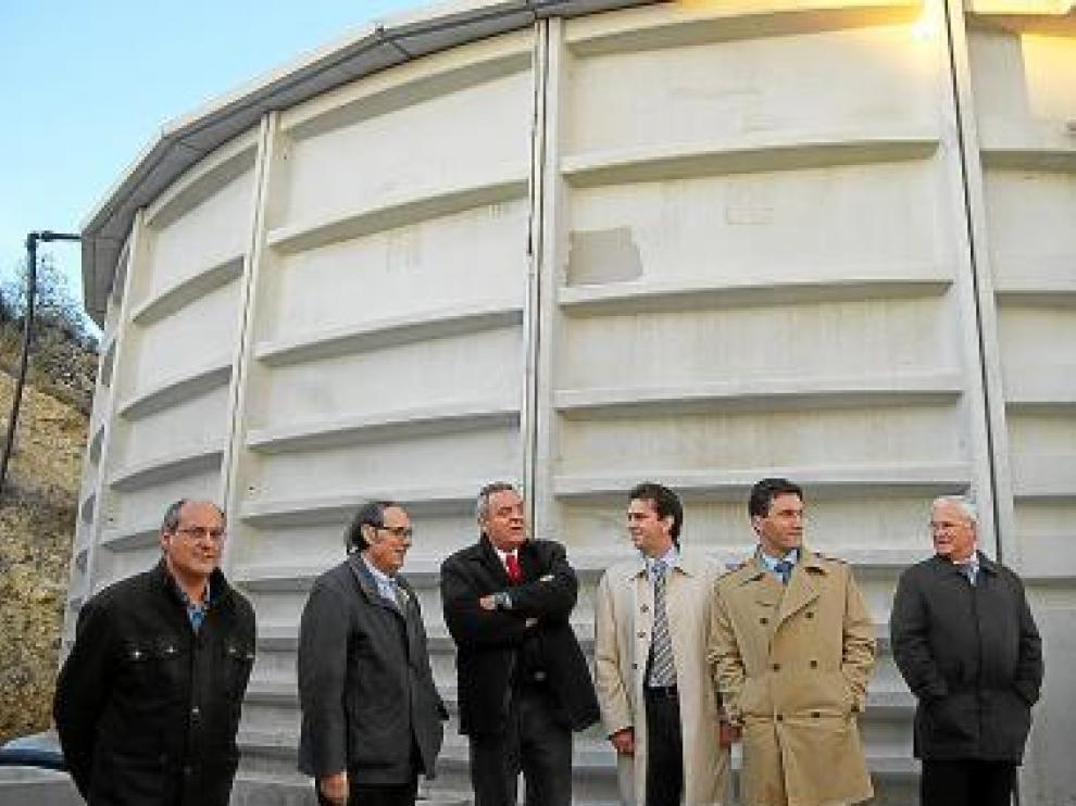 Boné (tercero por la izquierda), durante su visita a Fonz.