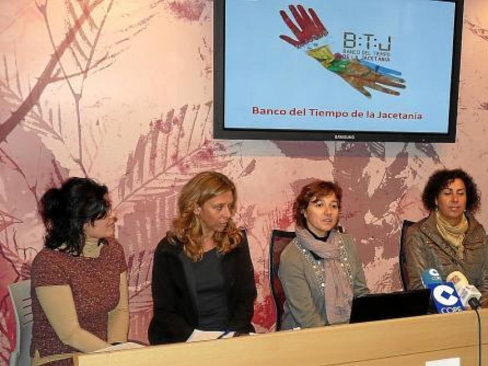Ponce (centro) en la presentación con socias de Ademup y responsables de la Jacetania y el IAM.