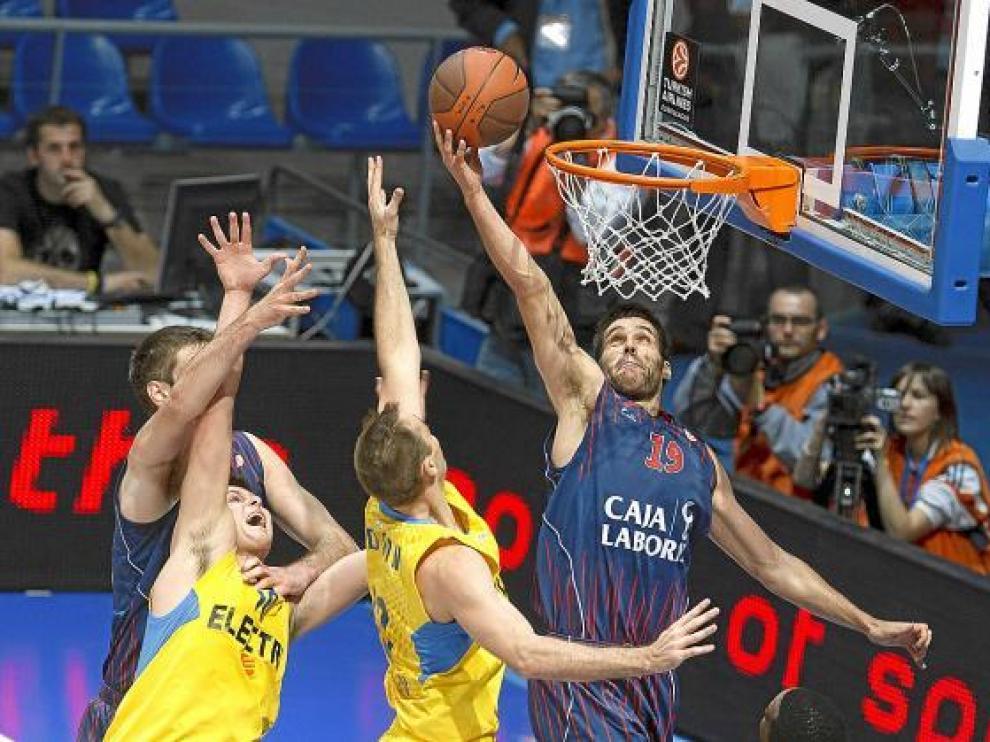 El alero Fernando San Emeterio se eleva sobre el aro rival en un encuentro de Euroliga.