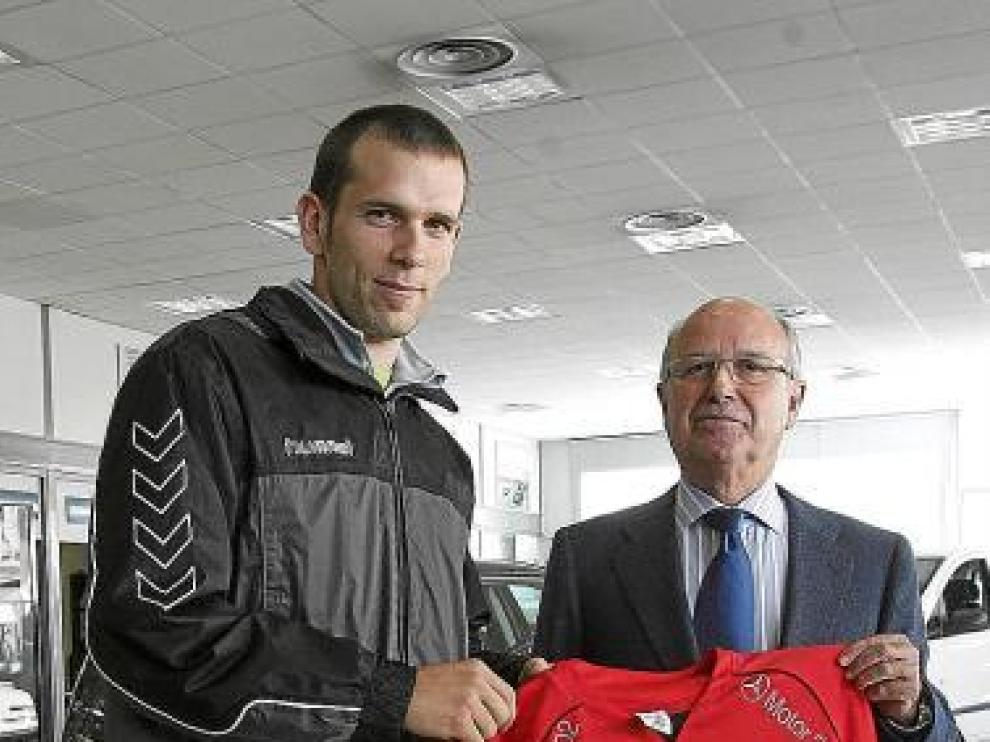 Javier Bertos, ayer, en el concesionario Motor 2002 de Huesca.