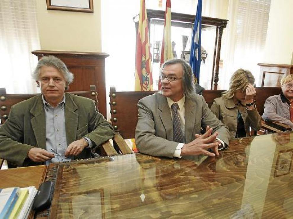 Francho Nagore junto a John Smeds en el salón de juntas de la Universidad de Huesca.