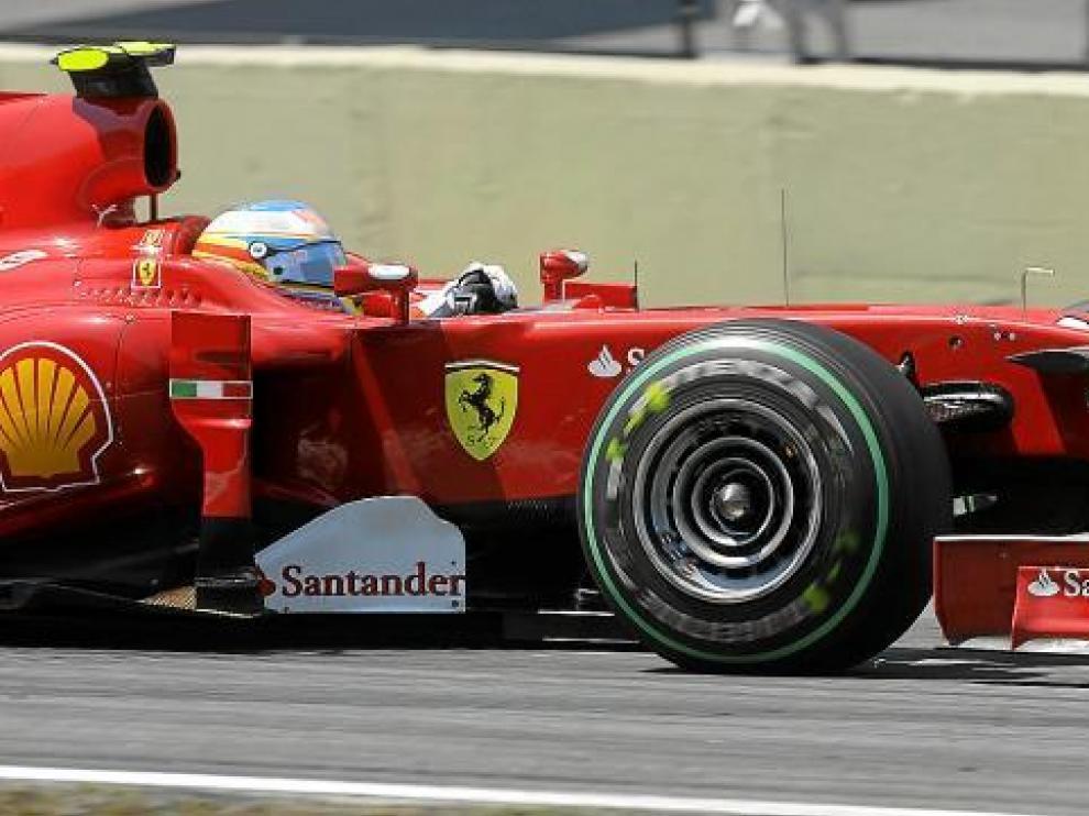 Fernando Alonso negocia un trazado de Interlagos.