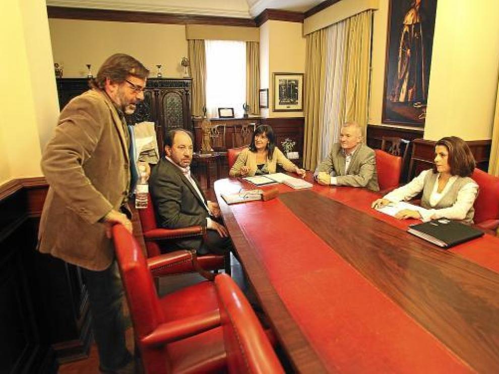 La alcaldesa accidental, Lucía Gómez -en el centro-, con los portavoces de los grupos municipales.
