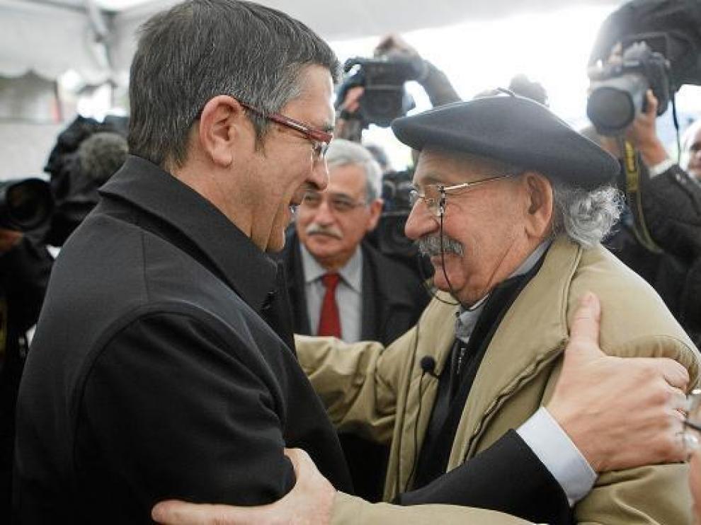 El lendakari, Patxi López, saluda al escultor Agustín Ibarrola durante el Día de la Memoria.