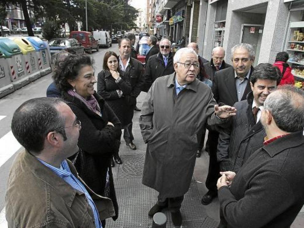 José Ángel Biel y el alcalde de Huesca, Luis Felipe, hablan con los comerciantes de Ramón y Cajal.