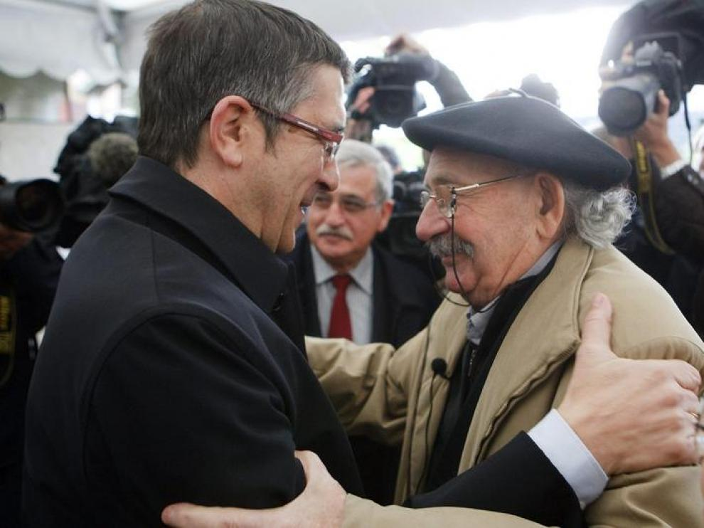 Patxi López, hoy, abrazando al autor de la escultura que rinde homenaje a las víctimas del terrorismo