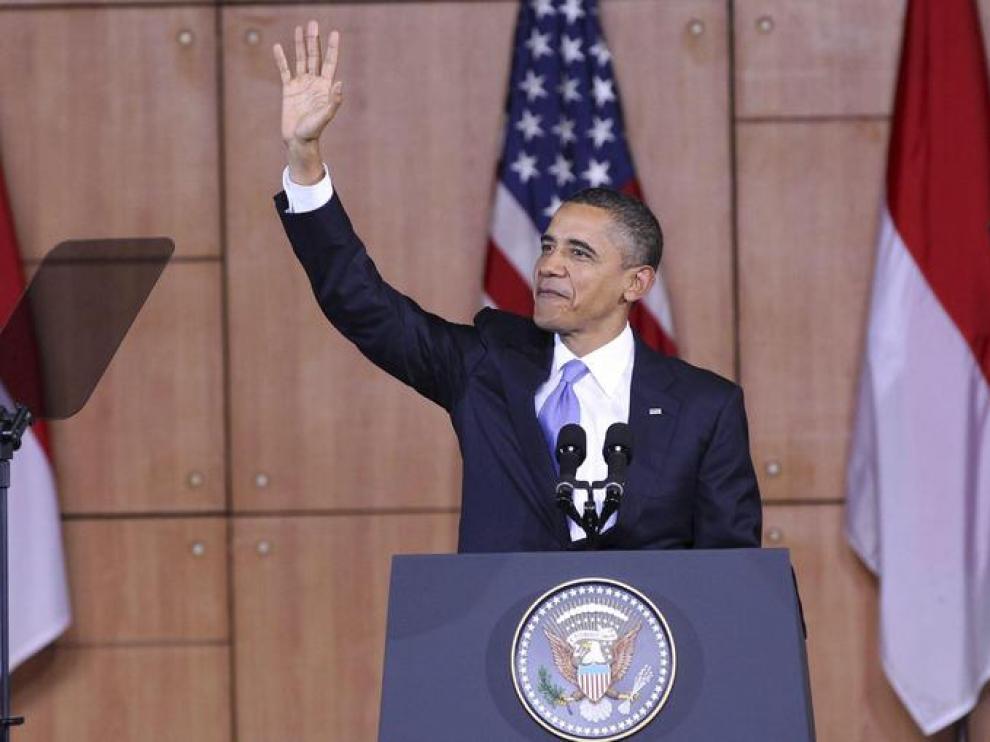 Obama saluda durante su intervención, hoy en Yakarta
