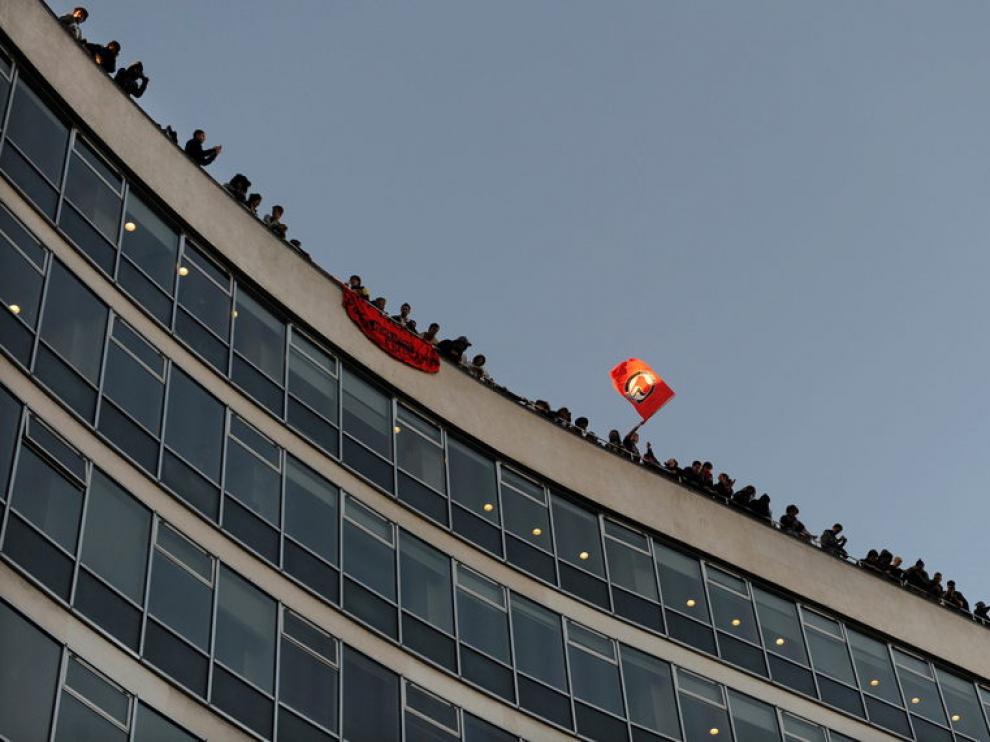 Algunos manifestantes accedieron al tejado del edificio.