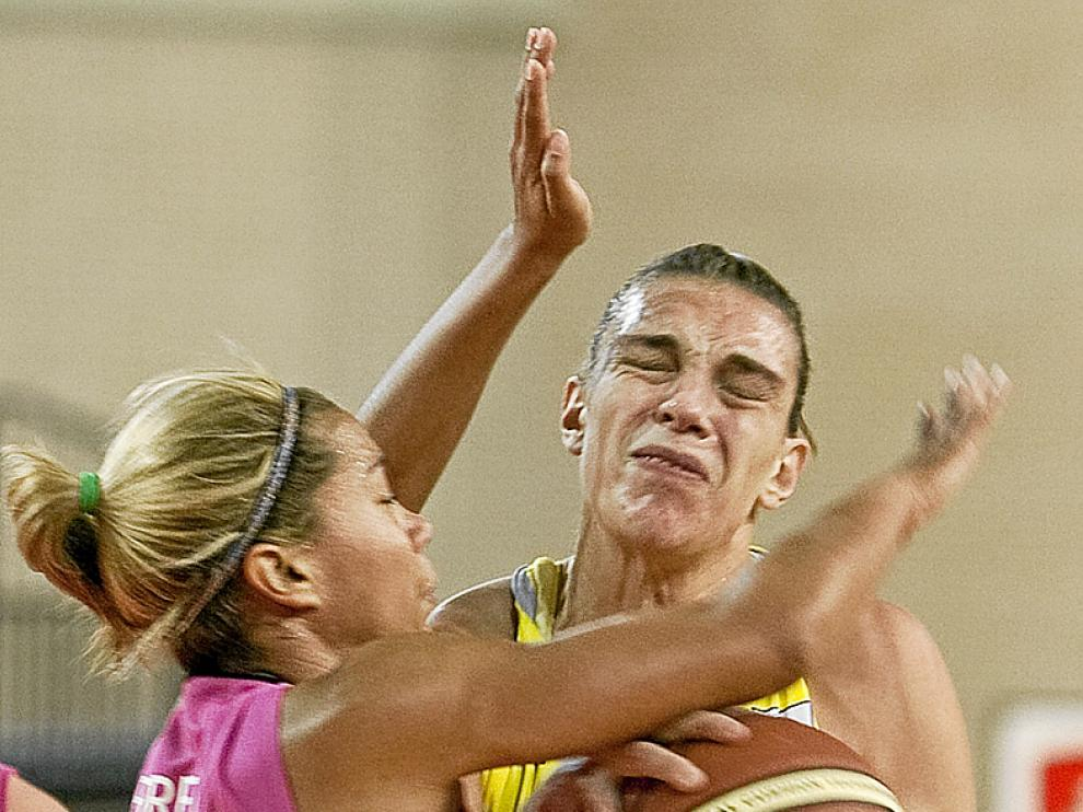Lucila Pascua pelea con una jugadora rival.