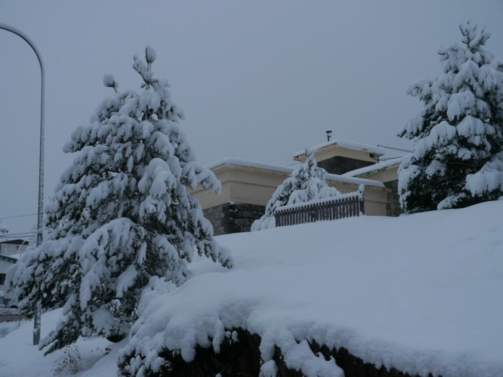 La estación de Candanchú está bañada de blanco por las abundantes nevadas, hoy a las 8.15
