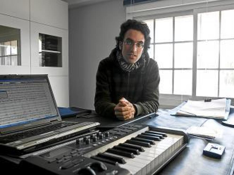 Antonio Ballestín ante el piano en el que ha ensayado.