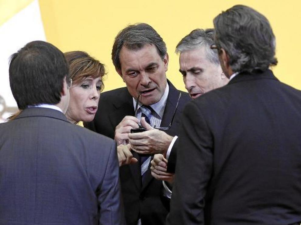 El líder de CiU, Artur Mas, el pasado domingo entre Alicia Sánchez Camacho y Ramón Jáuregui.