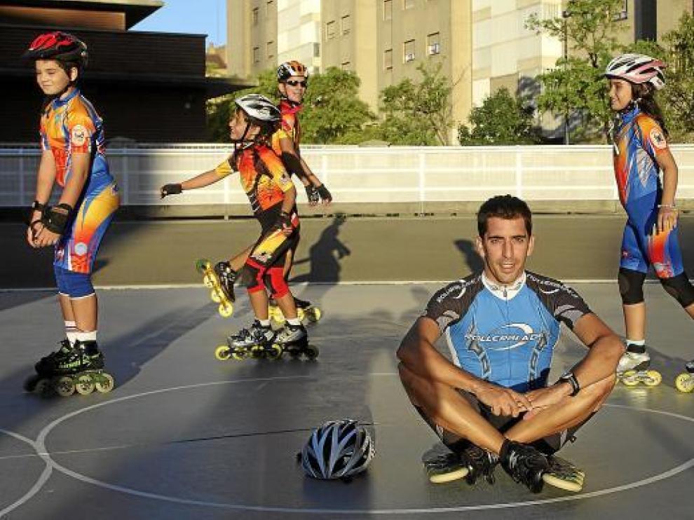 Alberto Alemán, en el patinódromo La Bozada junto con sus alumnos.
