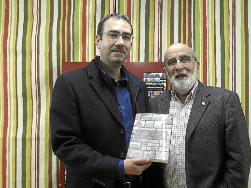 José Luis Garrido (izquierda) y Agustín Ubieto, ayer, con su libro, en la Librería Central de Zaragoza.