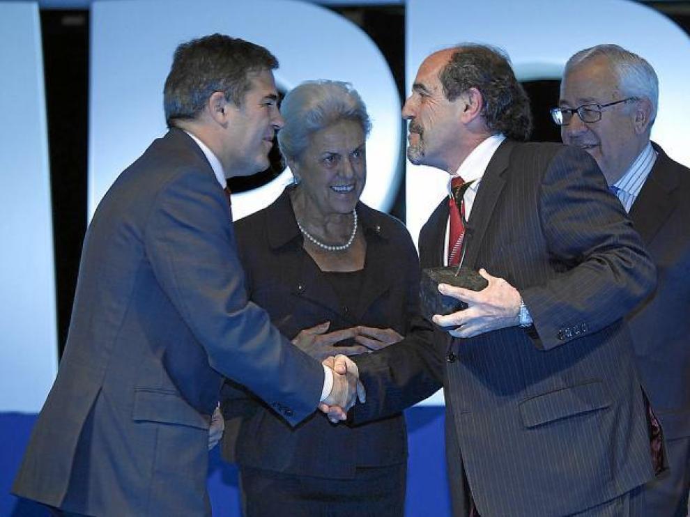 Gilbert Infantes, director de Simply, felicitado por Ramón Alejandro (Saica). Detrás, Pilar Muro, del grupo Quirón, y José Ángel Biel.