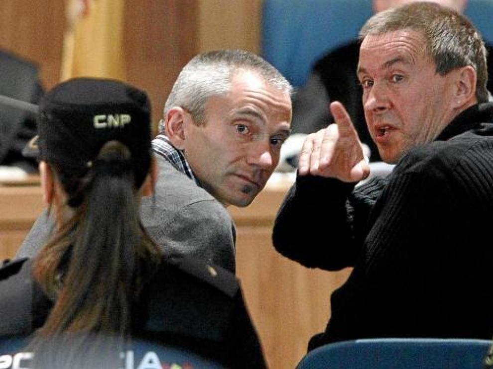 Otegi hace una indicación al dirigente abertzale Joseba Permach, ayer durante el juicio.