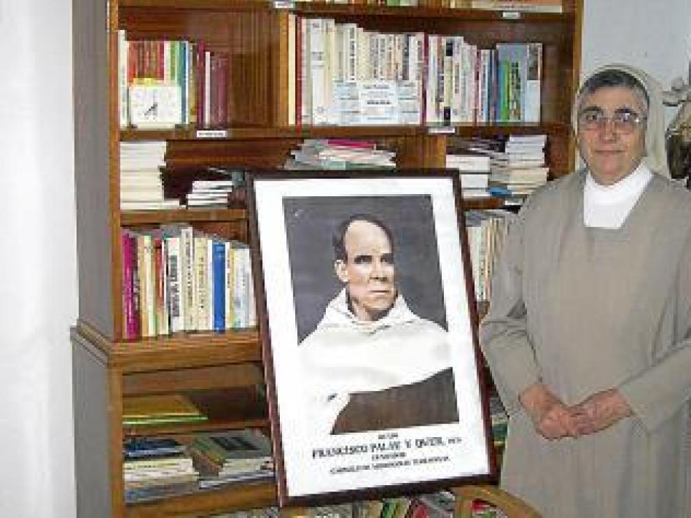 Sor Rosario, una de las carmelitas, con una imagen del padre Palau.