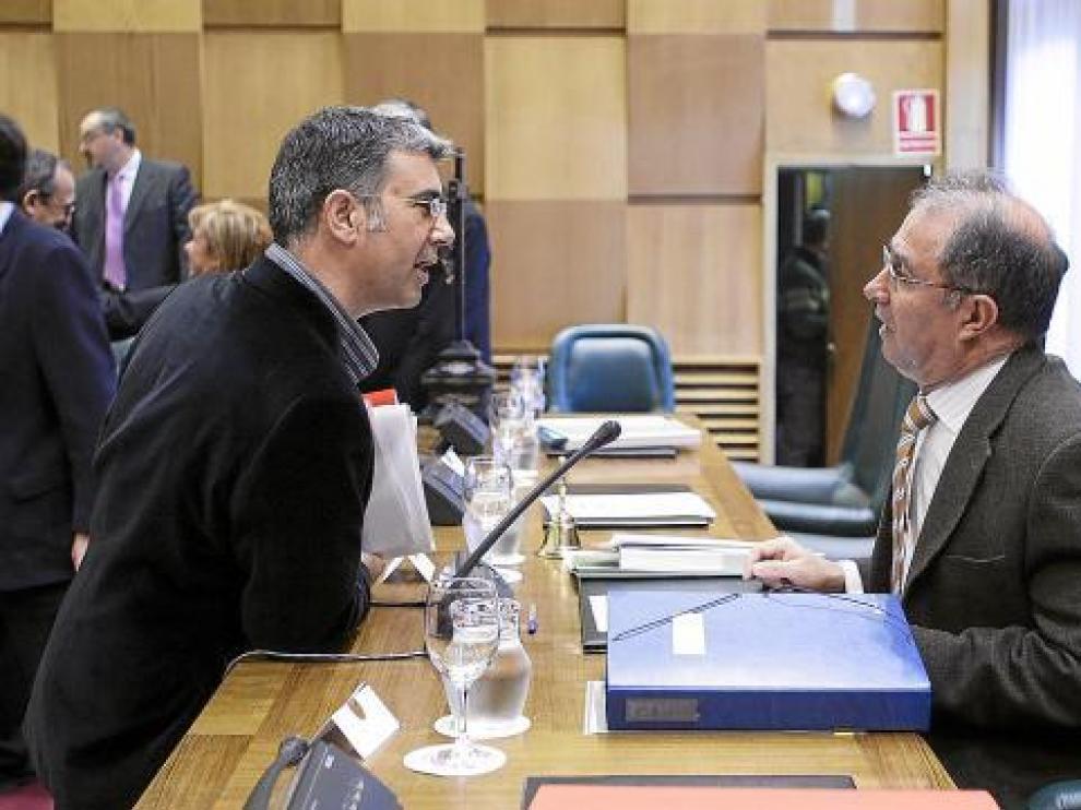 El portavoz de CHA, Juan Martín, conversa con el vicealcalde, Fernando Gimeno.