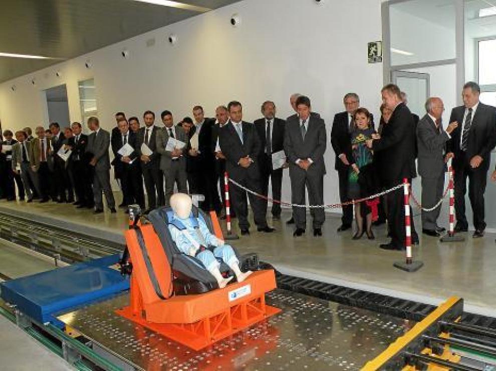 Simulación de impacto con un silla de niño, ayer, en la inauguración del Centro Zaragoza.