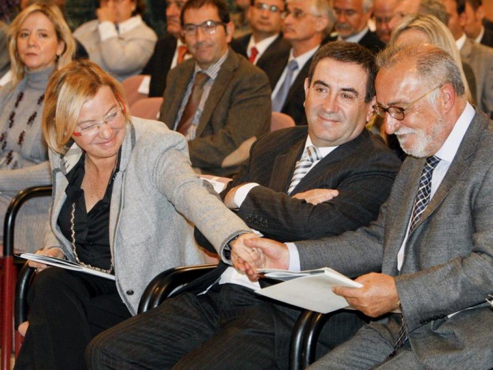 Eva Almunia felicita a Pere Navarro tras su intervención, junto a Alfonso Vicente