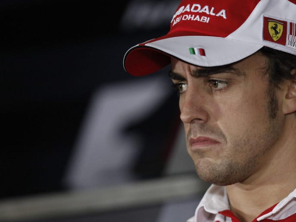 Alonso en la rueda de prensa junto a los aspirantes.