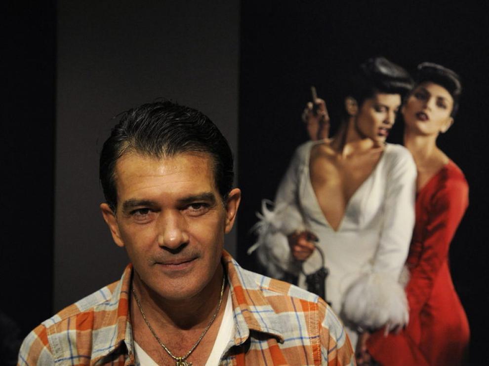 Antonio Banderas ante una de las fotografías de su exposición