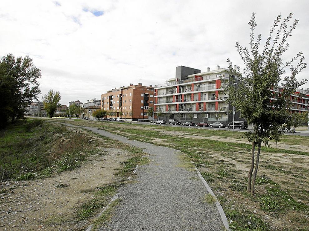 Terrenos en la calle Balsas de Chirín, junto al río Isuela, donde se crearán los huertos urbanos.