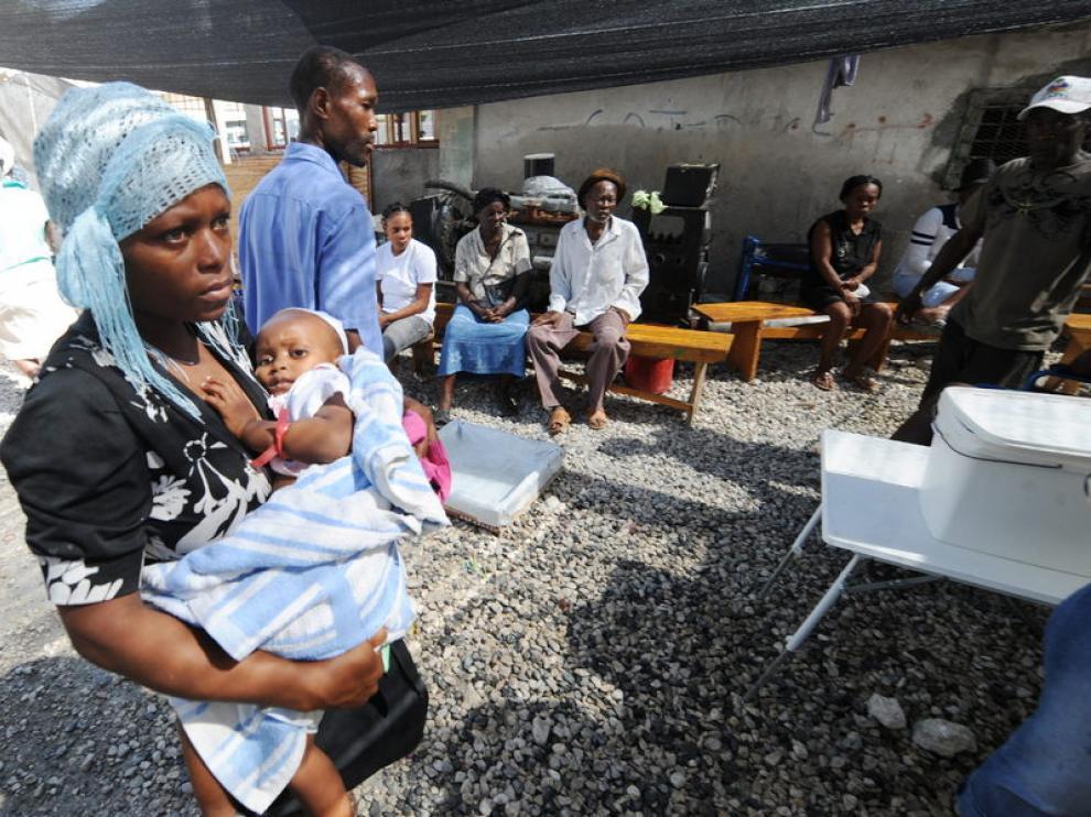 Enfermos de cólera esperan para ser atendidos