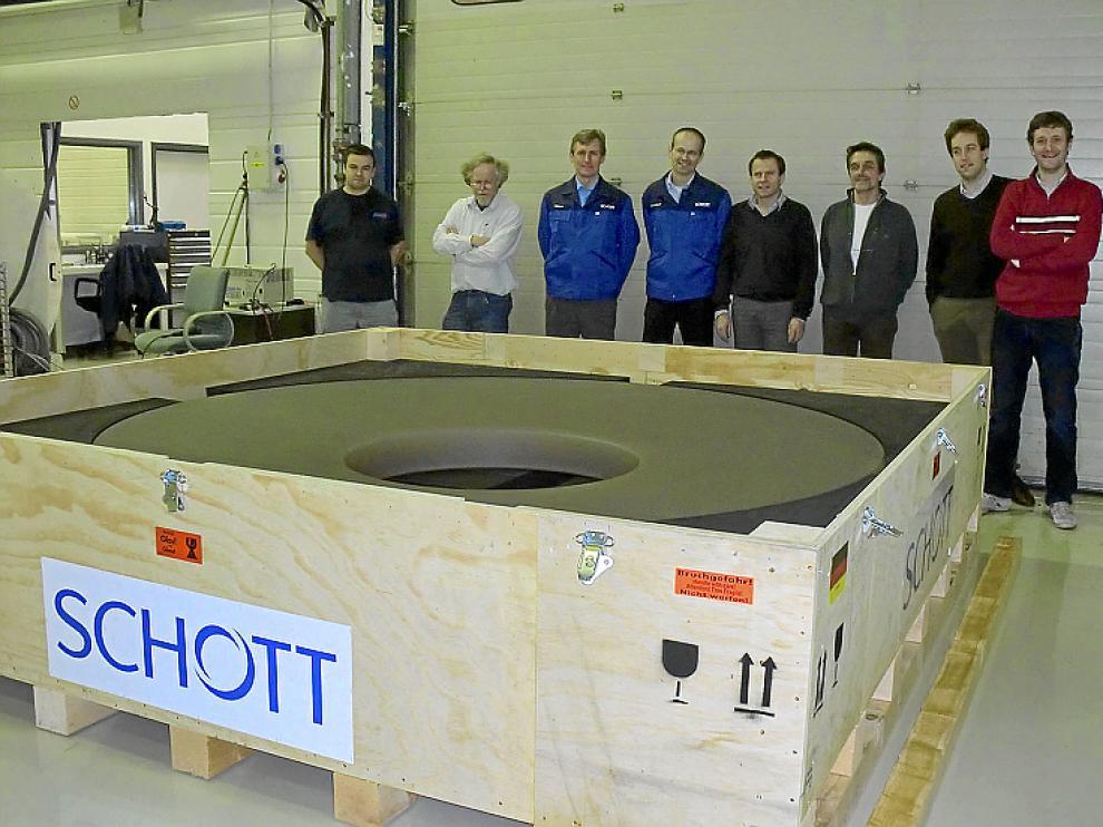 El espejo y los ingenieros de la empresa que fabrica el telescopio.