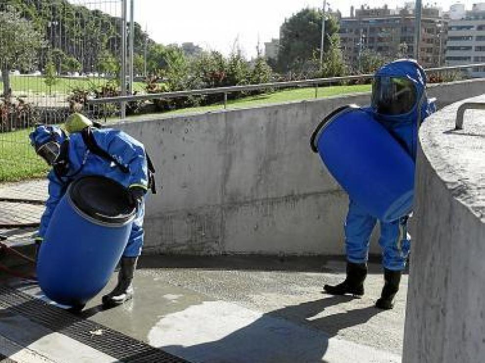 Los bomberos fueron equipados con trajes de protección química.
