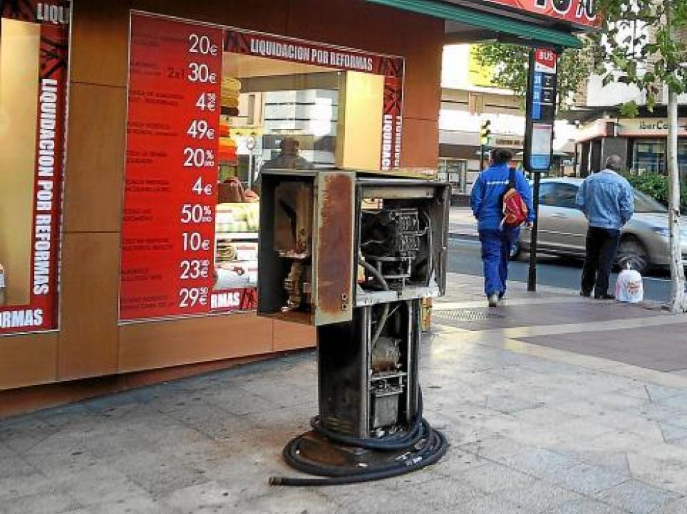 El surtidor de gasolina de la plaza de Huesca, en el barrio de las Delicias sigue sin desmantelarse.