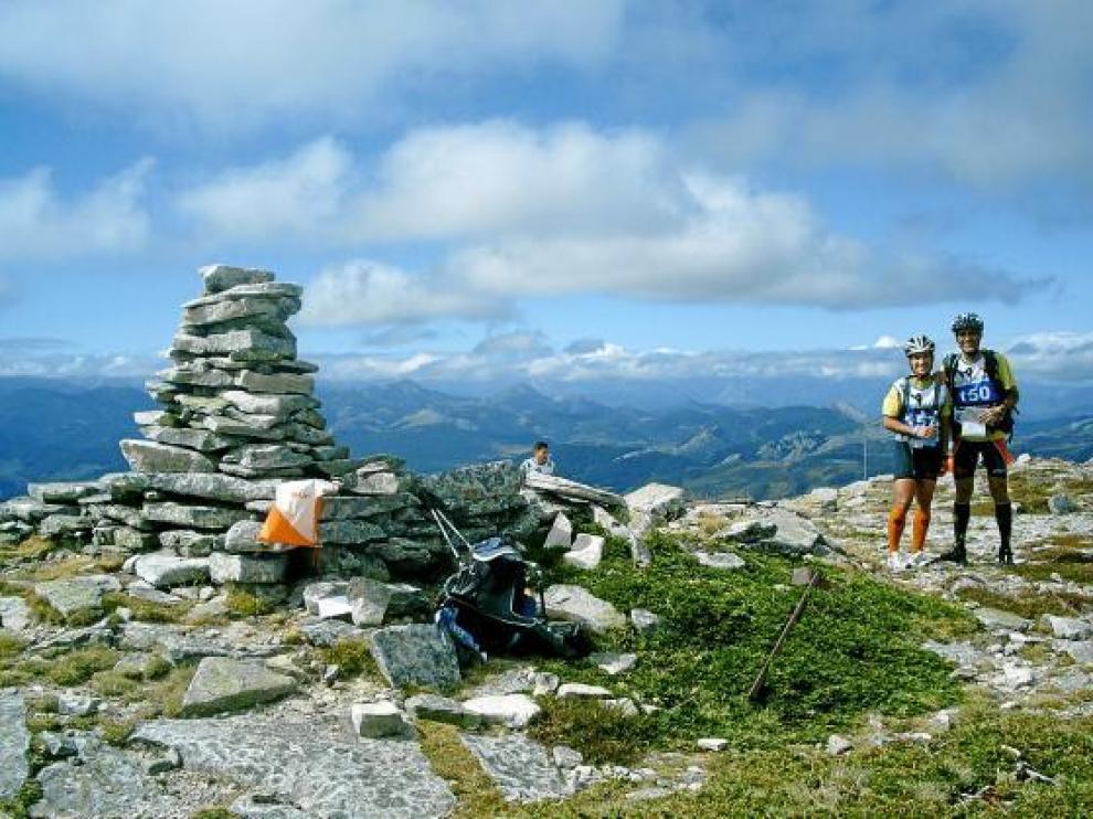Dos miembros del Peña Guara-Oxigen en la cima de un collado durante la última prueba.