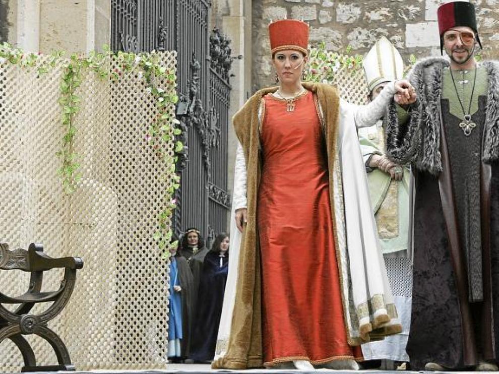 El traje y la capa que Isabel, diseñados por la joven Ethel Gareta