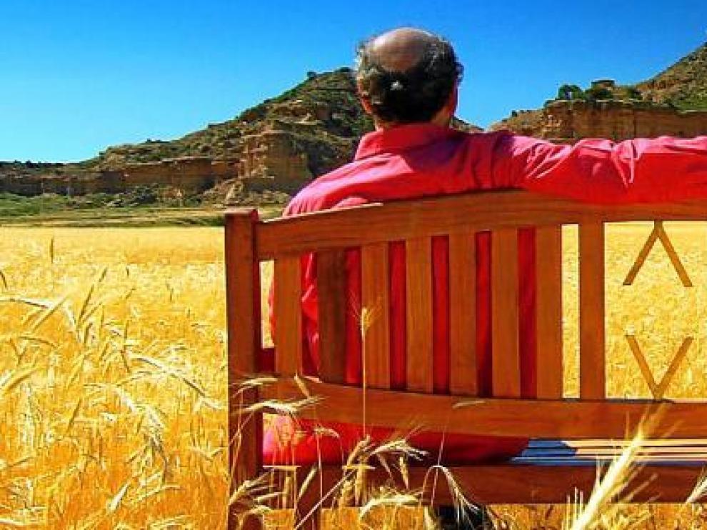 José Luis Gil, frente al imponente paisaje de los Monegros oscenses.
