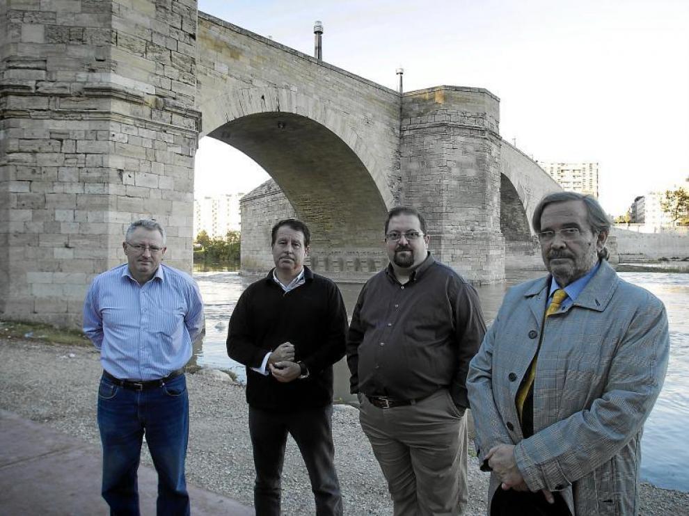 De izquierda a derecha, Julio González, Jerónimo Blasco, Rafael Tejedor y José Manuel Pérez Latorre, junto al puente de Piedra.