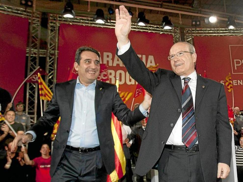 Montilla (d), acompañado por el alcalde de Sabadell, Manuel Bustos, en el acto electoral que el PSC protagonizó en esa localidad ayer.