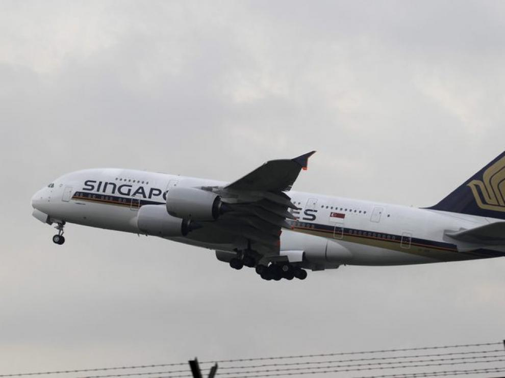 Un A-380 de la compañía Singapur Airlines despega del aeropuerto internacional de Changui
