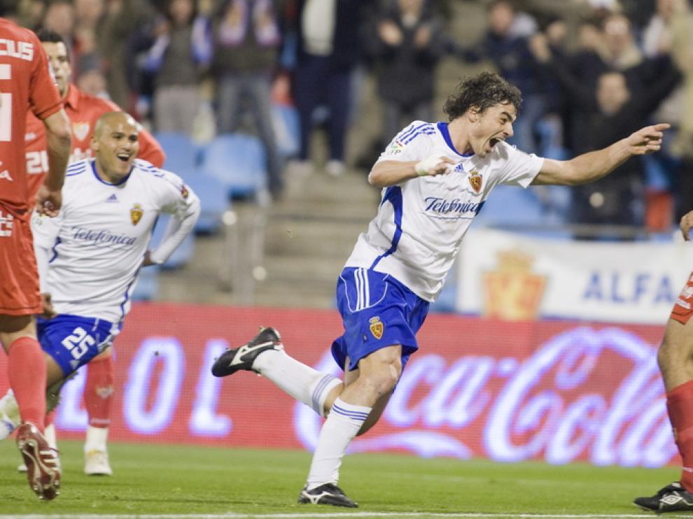 Contini celebra el go que marcó al Sevilla la temporada pasada en La Romareda, mientras 'Chupete' Suazo corre a celebrarlo con él