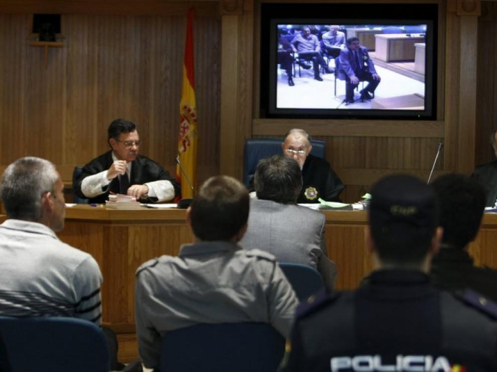 Los tres acusados, de espaldas, durante la intercención de Eguiguren, hoy en la Audiencia Nacional