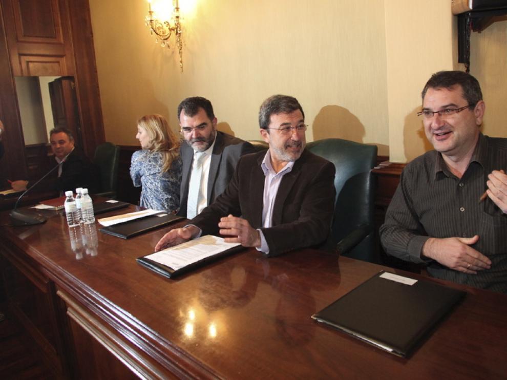 Miguel Ferrer, segundo por la derecha, en el pleno de esta mañana