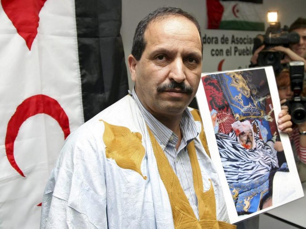 Lahmad Mulud Ali muestra una foto de su hermano Babi Hamadi, muerto en El Aaiún.
