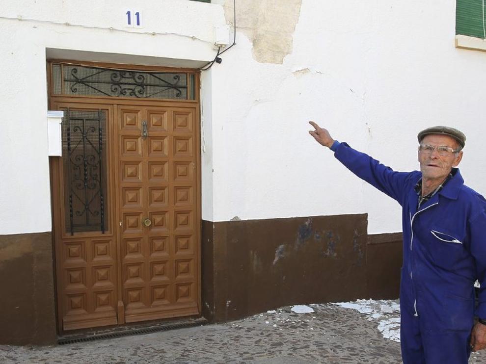 Un vecino señala la casa donde la mujer permaneció secuestrada
