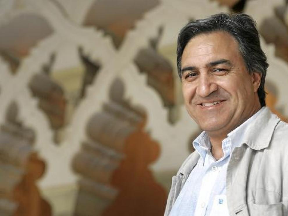 José Luis Corral sonríe en un rincón de la historia aragonesa, en la Aljafería.