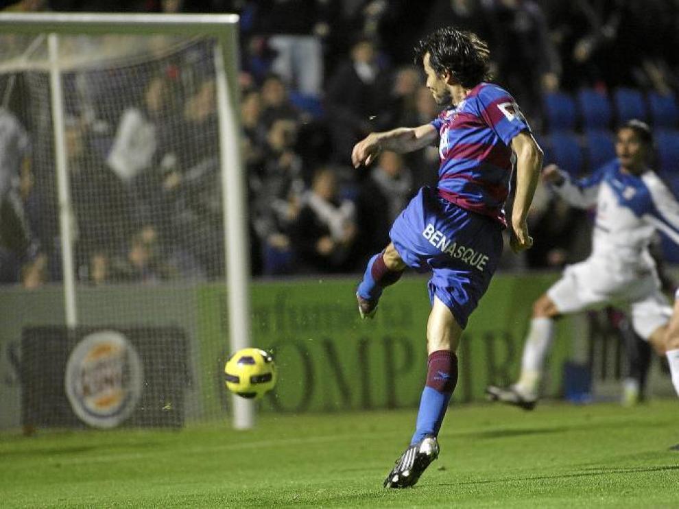 Juanjo Camacho dispara a puerta en una de las ocasiones más claras del Huesca ayer. El defensa del Tenerife Luna rechazó la pelota cuando ya entraba.